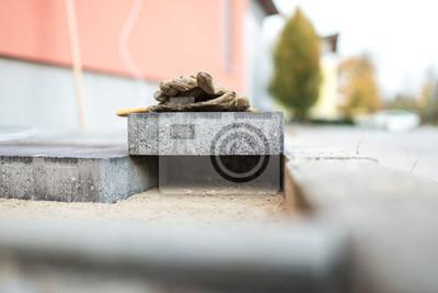 Fototapeta Kostka brukowa odpoczywa nad nowo zainstalowanymi cegłami