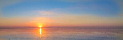 Fototapeta krajobraz - zachód słońca na wybrzeżu, fale, horyzont. widok z góry.