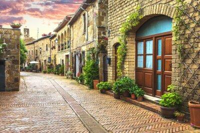 Fototapeta Kwiat wypełnione ulice starego włoskiego miasta w Toskanii.