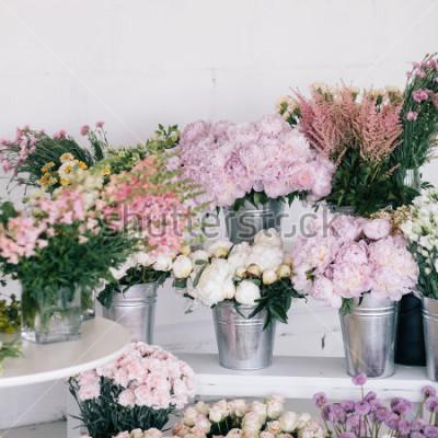 Fototapeta Kwiaty w wazonach i wiaderkach. Kwiaciarnia.