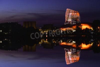 Fototapeta La cite du vin jest muzeum wina w Bordeaux w pobliżu rzeki Garonne. Bordeaux, Akwitania. Francja.