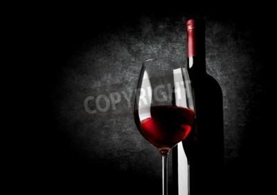 Fototapeta Lampka czerwonego wina na czarnym tle
