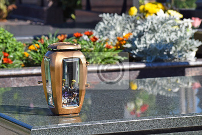 Fototapeta Latarnia I Doniczka Na Nagrobek Na Cmentarzu Publicznym
