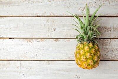 Fototapeta Latem tła z ananasem na desce