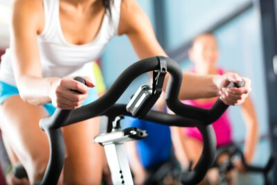 Fototapeta Leute beim Spinning in einem Fitnessstudio