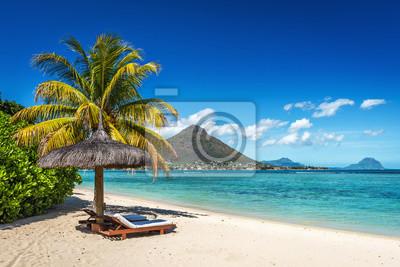 Fototapeta Leżaki i parasol na tropikalnej plaży na Mauritiusie