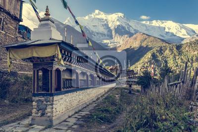Fototapeta Linia modlący koła przy wejściu wsi w Nepalu.