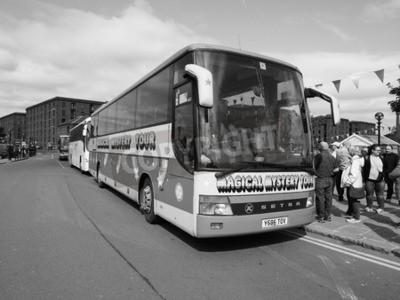 Fototapeta Liverpool, Wielka Brytania - OKOŁO czerwca 2016: The Beatles Magical Mystery Tour autobus w czerni i bieli