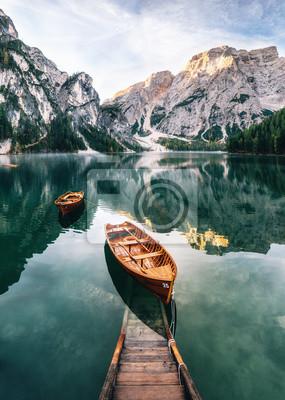 Fototapeta Łodzie i konstrukcja slip w jeziorze Braies z kryształową wodą w tle góry Seekofel w Dolomitach w rano, Włochy Pragser Wildsee