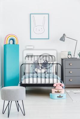 Fototapeta łóżko Dziecięce Z Czarną Metalową Ramą W środku Wnętrza Sypialni