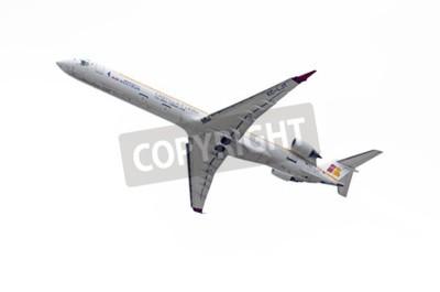 Fototapeta MADRID, Hiszpania - 03 maja 2015: Canadair CRJ Samoloty -Bombardier-1000-, z -Air Nostrum- linii lotniczych, startuje z lotniska Barajas -Adolfo Suarez-, w dniu 3 maja 2015 r.