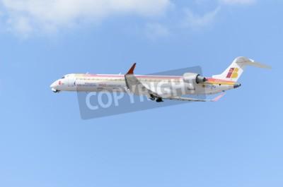 Fototapeta MADRID, Hiszpania - 14 czerwca 2015: Samoloty Canadair CRJ--Bombardier 900-, z -Air Nostrum- linii lotniczych, startuje z lotniska Madryt-Barajas -Adolfo Suarez-, w dniu 14 czerwca 2015 r.