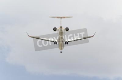 Fototapeta MADRID, Hiszpania - 14 lutego 2015: Samoloty -Bombardier CRJ-900-, z -Iberia- linii lotniczej, jest lądowanie na lotnisku Barajas -Adolfo Suarez-, 14 lutego 2015 r.