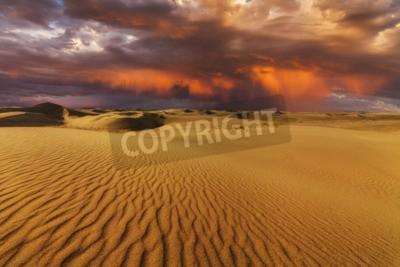 Fototapeta Majestatyczny, płomienny zachód słońca na pustyni Gobi. Mongolia.