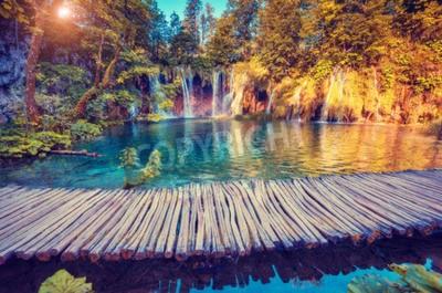 Fototapeta Majestatyczny widok na turkusowe wody i słoneczne promienie w Plitvice Lakes National Park, Chorwacja