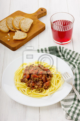 Makaron z sosem bolońskim z pomidorów i mięsa mielonego