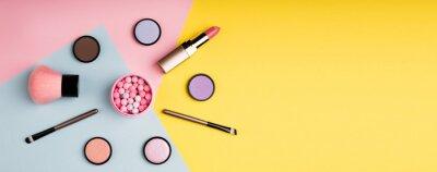 Fototapeta Makeup produkty i dekoracyjni kosmetyki na koloru tła mieszkaniu nieatutowym. Koncepcja blogowania o modzie i urodzie. Długi format internetowy dla banerów