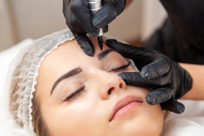 Fototapeta Makijaż permanentny brwi - zabieg w salonie piękności