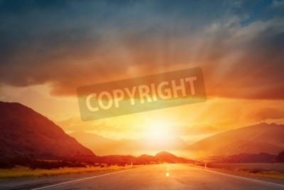 Fototapeta Malowniczy krajobraz sceny i wschód słońca nad drogą