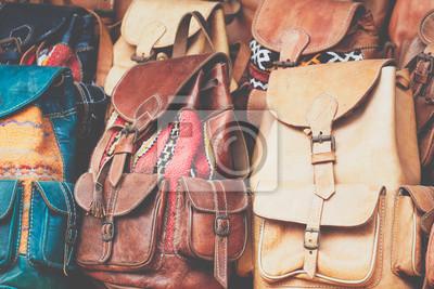 a9f0a5f8cb97d Fototapeta Marokańskie wyroby skórzane torby i kapcie na targu w Marakeszu