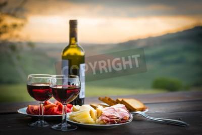 Fototapeta martwa natura Czerwone wino, ser i prosciutto. Romantyczna kolacja w plenerze
