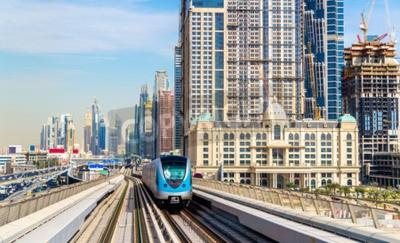 Fototapeta Metro pociągu na czerwonej linii w Dubaju