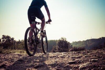Fototapeta Mężczyzna jedzie na brudnej drodze na rowerze górskim