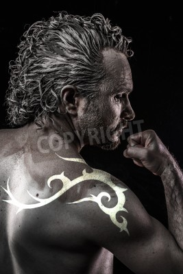 Fototapeta Mężczyzna Model Z Tribal Tatuaż Zła Niewidomych Upadły Anioł