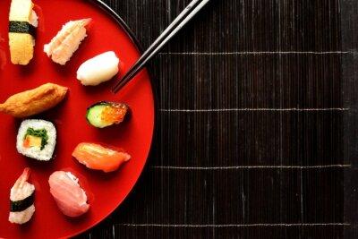 Fototapeta Mieszane sushi pałeczkami półmisek