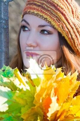 Fototapeta miło twarzą jesiennej kobieta z liści klonu