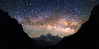 Fototapeta Miska z Niebios. Jasne i żywe Droga Mleczna nad ośnieżonych gór. Piękne rozgwieżdżone niebo wydaje się być w
