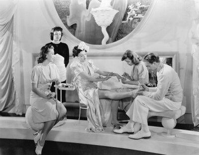 Fototapeta Młoda kobieta jest rozpieszczany przez trzy kobiety i mężczyzny