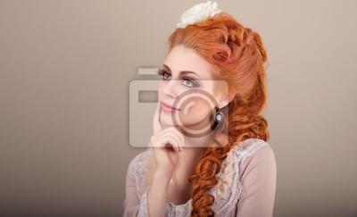 Młoda Kobieta Miło I Zainspirowany Ubrany W Stylu Rokoko Z Makijażu