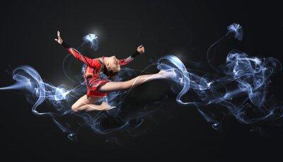 Fototapeta Młoda kobieta w kolorze gimnastyczka stwarzających