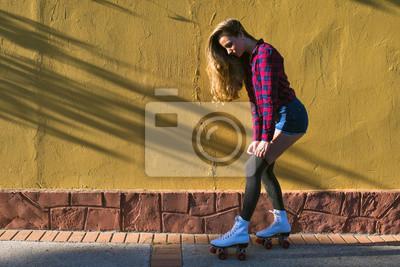 Fototapeta Młoda kobieta w rolkach