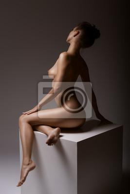 Młoda pozująca naga kobieta