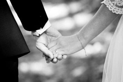 Fototapeta Młode małżeństwo trzymając się za ręce
