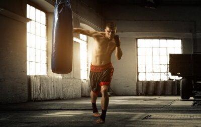 Fototapeta Młody człowiek boks trening w starym budynku