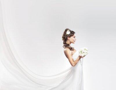 Fototapeta Młody Kaukaski młodej stwarzających w białej sukni z kwiatami
