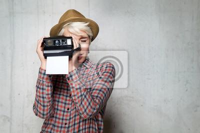 Fototapeta Młody modne hipster uśmiechnięta dziewczyna z aparatem na migawkach