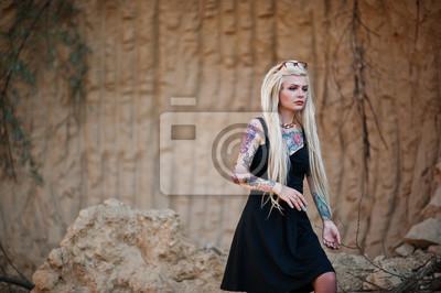 3f22e031 Fototapeta: Młody tatuaż blondynka na czarnej sukience i okularach stwarzane