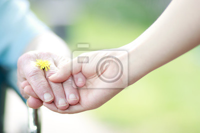 Fototapeta Młodych i starszych kobiet, trzymając się za ręce