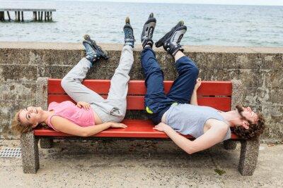 Fototapeta Młodzi przyjaciele relaks na ławce.