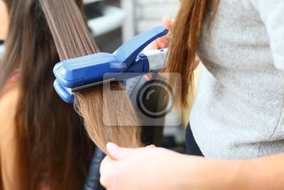 Fototapeta Modele Fryzura Fryzjer Użyciem Prostownicy