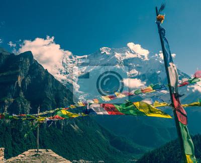 Fototapeta Modląc flagi na tle gór.