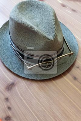 Fototapeta Modnisia pojęcie z fedora kapeluszem i retro róg rimmed szkłami na ronie, neutralny drewniany tło, kopii przestrzeń, pionowo aspekt