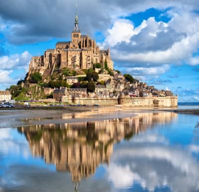 Fototapeta Mont Saint-Michel jest jednym z najbardziej rozpoznawalnych zabytków Francji, notowanych na Listę Światowego Dziedzictwa UNESCO.