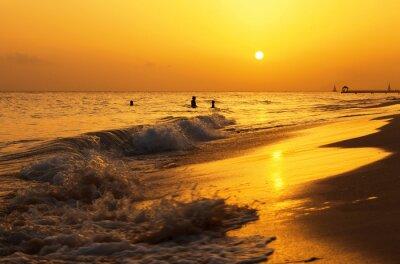 Fototapeta Morze Karaibskie plaży słońca. Tropikalna plaża na Morzu Karaibskim, w Republice Dominikany. Matka i córka pływanie w morzu.