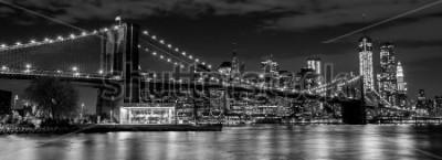 Fototapeta Most Brooklyński Manhattan linią horyzontu w tle przy nocą w czarnym i białym
