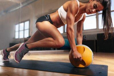 Fototapeta Muskularna kobieta robi intensywny trening w siłowni rdzenia